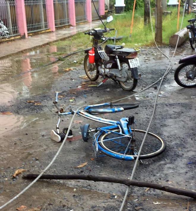 2 học sinh tử vong, 4 em bị thương vì điện giật trước cổng trường: Thương tâm cảnh phụ huynh gào khóc cầu cứu - Ảnh 3