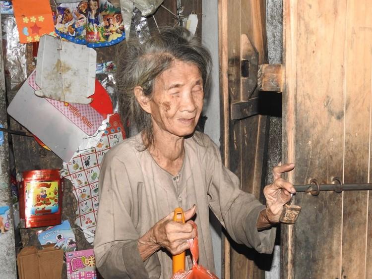 Bữa cơm nghẹn đắng của người mẹ 88 tuổi mù lòa và con gái điên dại: 'Tôi sắp chết rồi, chỉ mong con Hồng được trung tâm bảo trợ nhận nuôi' - Ảnh 1