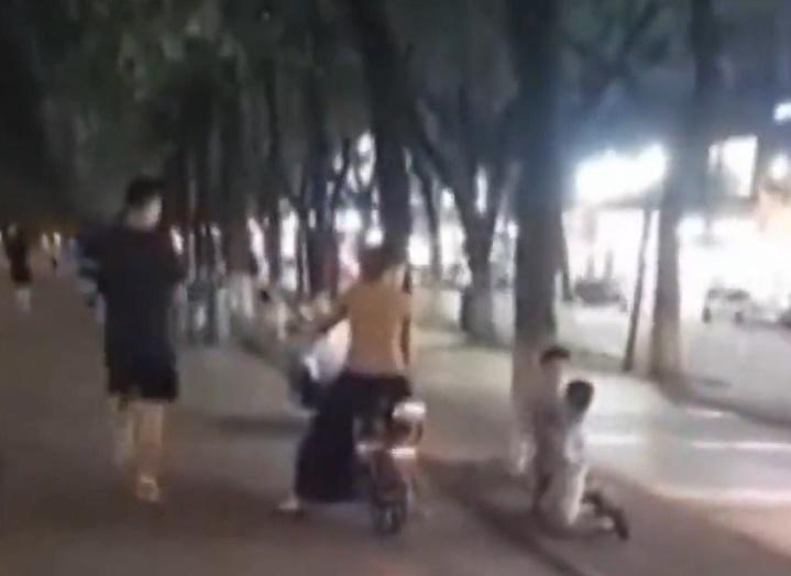 Clip: Mẹ bắt hai con quỳ gối giữa đường, tự tát nhau khiến nhiều phụ huynh bức xúc - Ảnh 2