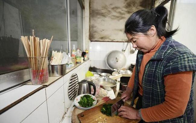 Người phụ nữ bị ung thư dạ dày giai đoạn cuối chỉ vì thói quen nấu ăn mà rất nhiều người cũng thường làm - Ảnh 1