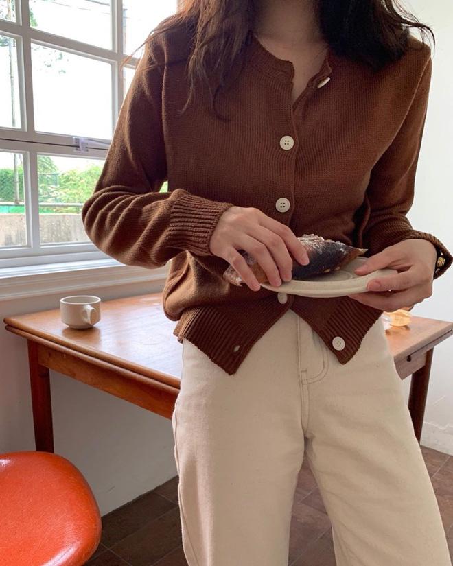 Trời lành lạnh rồi, các nàng mau sắm 4 kiểu áo dài tay xinh không chịu được sau để vừa giữ ấm vừa nâng level mặc đẹp thôi - Ảnh 9