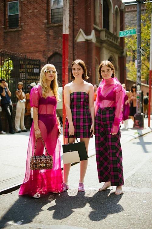 4 chiêu mặc màu hồng không lo sến - Ảnh 4