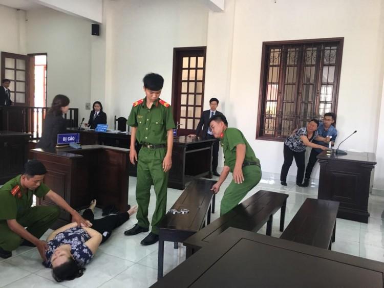 Bị tuyên 18 tháng tù, bảo mẫu dùng dép đánh sưng mặt bé 5 tuổi ngất xỉu tại tòa - Ảnh 1