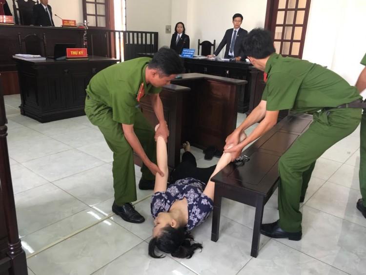 Bị tuyên 18 tháng tù, bảo mẫu dùng dép đánh sưng mặt bé 5 tuổi ngất xỉu tại tòa - Ảnh 2