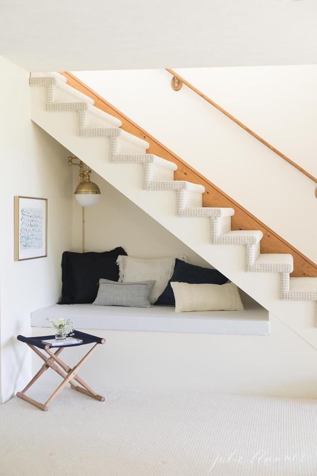 Ai mà ngờ gầm cầu thang có thể trở thành không gian đầy hữu ích lại dễ thực hiện thế này - Ảnh 1