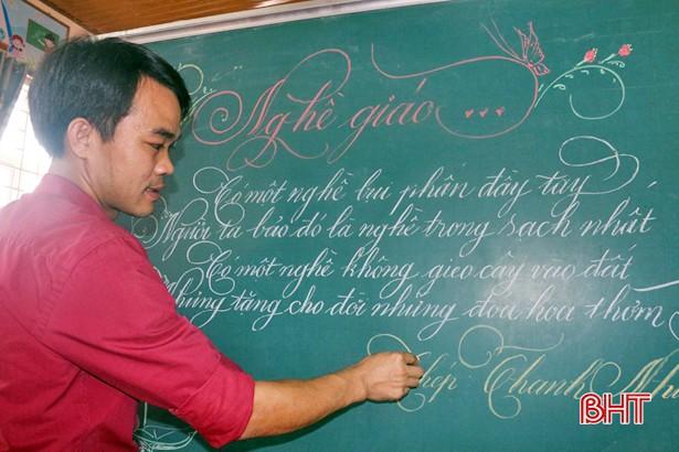Lần đầu tiên xuất hiện thầy giáo có nét chữ 'rồng bay phượng múa', đẹp đến độ tưởng đúc từ khuôn - Ảnh 1
