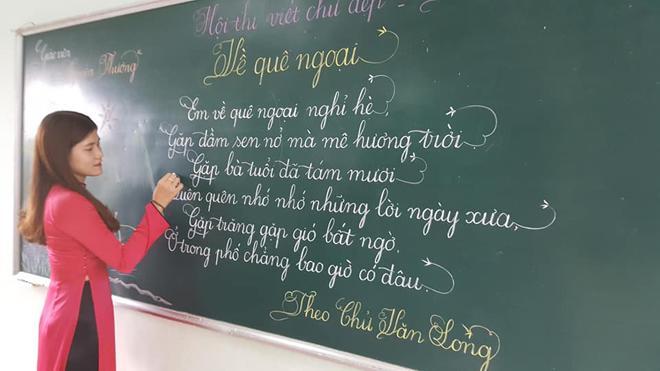 Lần đầu tiên xuất hiện thầy giáo có nét chữ 'rồng bay phượng múa', đẹp đến độ tưởng đúc từ khuôn - Ảnh 7