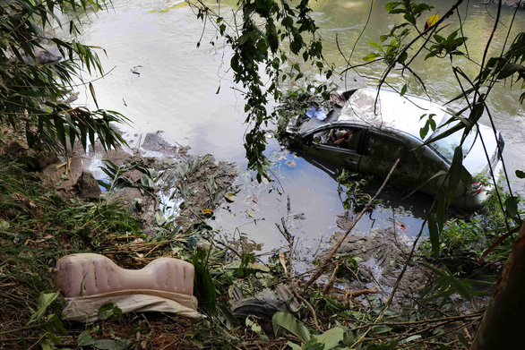 Buồn ngủ, chồng lái xe lao xuống vực tử vong, vợ con nguy kịch - Ảnh 1