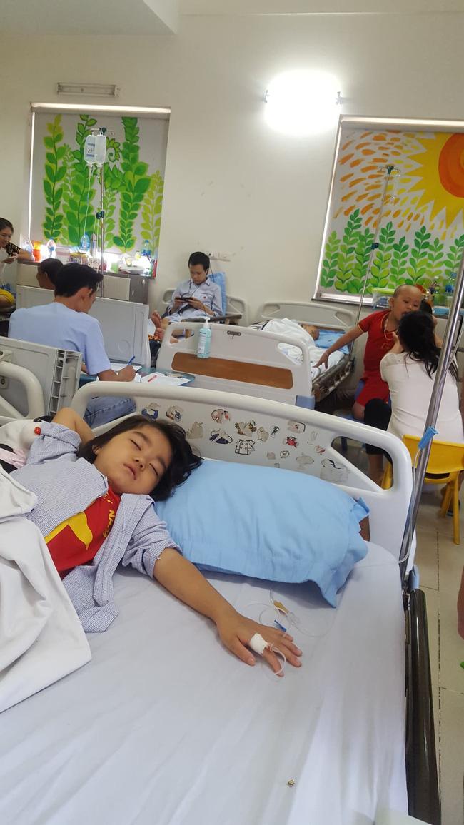 Câu hỏi nhói lòng của bé gái 6 tuổi mắc bệnh ung thư máu: 'Không vay được tiền, con sẽ chết phải không mẹ?' - Ảnh 2
