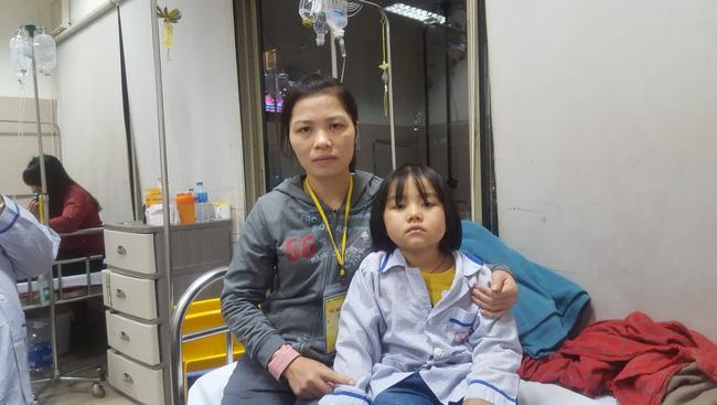 Câu hỏi nhói lòng của bé gái 6 tuổi mắc bệnh ung thư máu: 'Không vay được tiền, con sẽ chết phải không mẹ?' - Ảnh 7