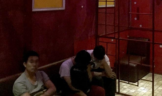 Gần 20 đàn ông quan hệ tập thể trong tiệm gội đầu ở Sài Gòn - Ảnh 2