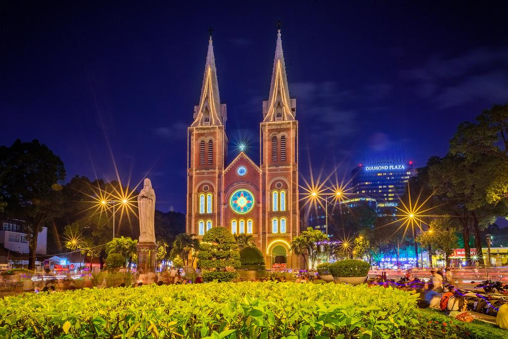 Nhà thờ Đức Bà - Địa điểm đi chơi Giáng sinh được nhiều người nghĩ đến đầu tiên