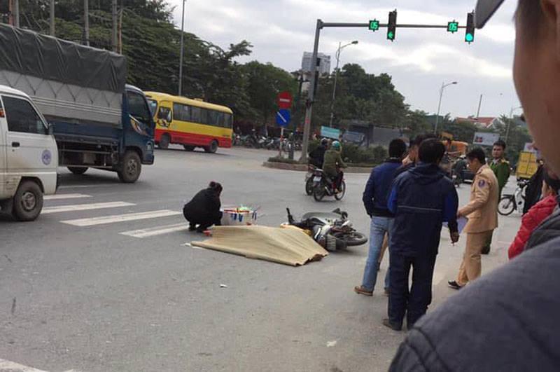Hà Nội: Dừng đèn đỏ, nam thanh niên 22 tuổi bị xe khách cán tử vong - Ảnh 1