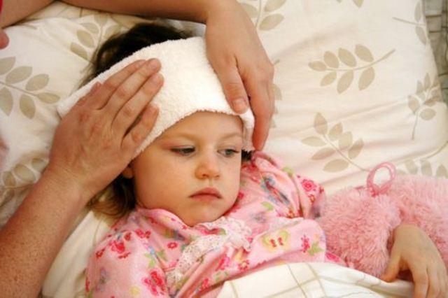 Sai lầm chườm lạnh cho trẻ khi sốt cao khiến con bệnh nặng thêm - Ảnh 1
