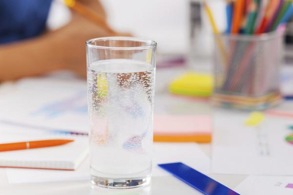 6 thói quen xấu khiến môi khô càng thêm khô - Ảnh 3