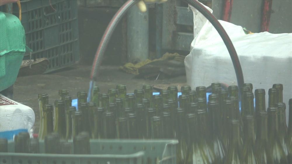 Cận cảnh kỹ nghệ sản xuất rượu vang siêu tốc, giá chỉ ngang nước lọc - Ảnh 3