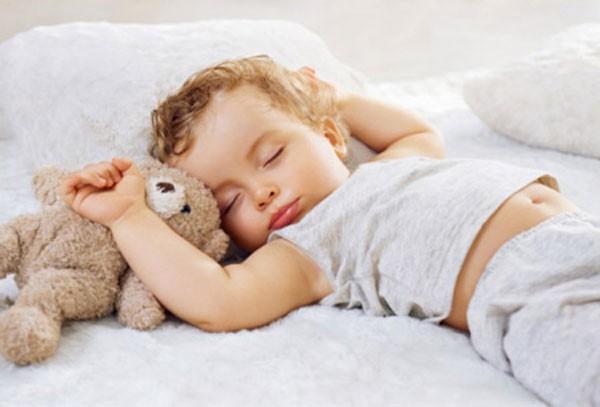 Thấy con luôn đổ mồ hôi trộm khi ngủ cha mẹ đừng lo lắng mà hãy áp dụng ngay biện pháp xử lý này - Ảnh 1
