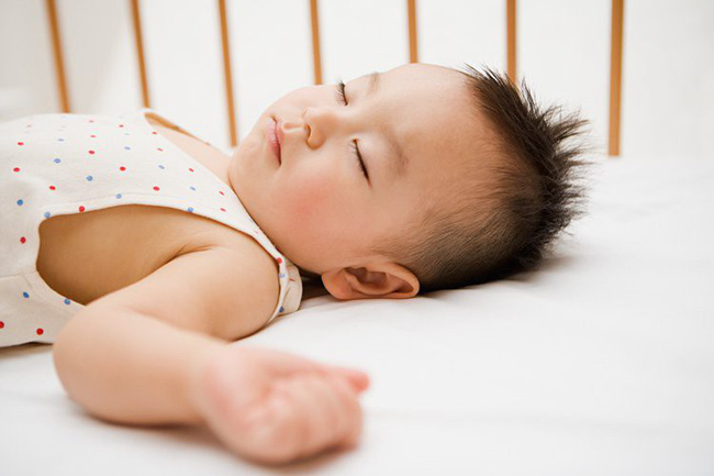 Thấy con luôn đổ mồ hôi trộm khi ngủ cha mẹ đừng lo lắng mà hãy áp dụng ngay biện pháp xử lý này - Ảnh 2