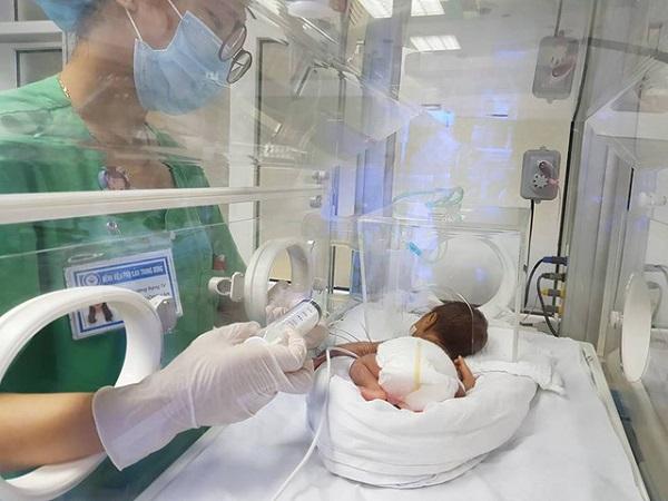 Các bà mẹ cần lưu ý những gì khi chăm sóc con sinh non? - Ảnh 1