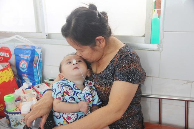 Ánh mắt cầu cứu của bé trai 7 tháng tuổi bị mẹ bỏ rơi trước cổng chùa vì mắc bệnh bại não - Ảnh 12