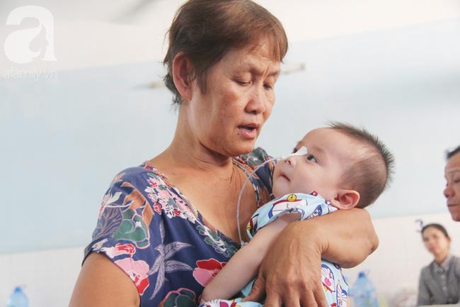 Ánh mắt cầu cứu của bé trai 7 tháng tuổi bị mẹ bỏ rơi trước cổng chùa vì mắc bệnh bại não - Ảnh 13