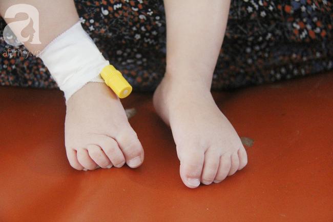 Ánh mắt cầu cứu của bé trai 7 tháng tuổi bị mẹ bỏ rơi trước cổng chùa vì mắc bệnh bại não - Ảnh 15