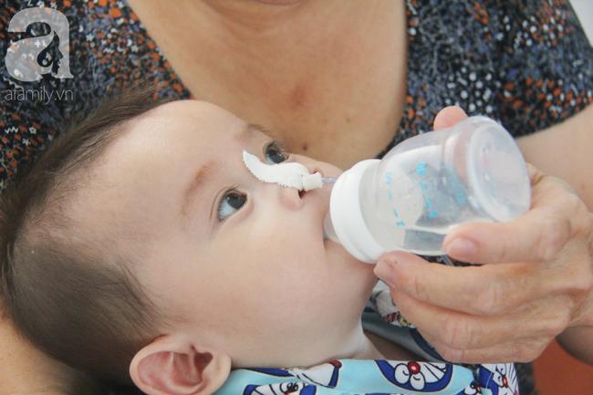 Ánh mắt cầu cứu của bé trai 7 tháng tuổi bị mẹ bỏ rơi trước cổng chùa vì mắc bệnh bại não - Ảnh 16