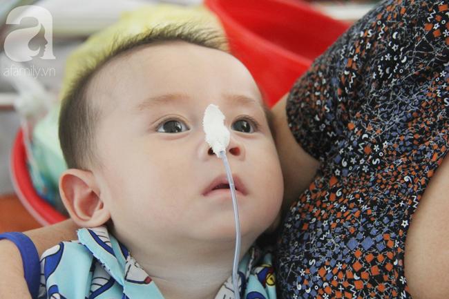 Ánh mắt cầu cứu của bé trai 7 tháng tuổi bị mẹ bỏ rơi trước cổng chùa vì mắc bệnh bại não - Ảnh 8