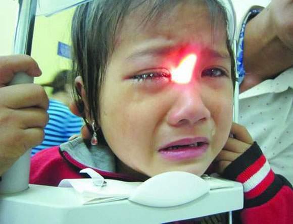 Dấu hiệu nhận biết bệnh viêm giác mạc ở trẻ nhỏ, cha mẹ không nên chủ quan - Ảnh 1