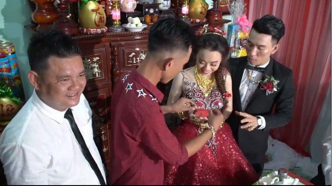 Xuất hiện 'đám cưới 100 cây vàng' đình đám đến mức cô dâu trĩu cổ, chật kín hai tay vì vàng ở Cà Mau khiến MXH xôn xao - Ảnh 1