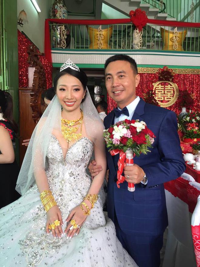 Xuất hiện 'đám cưới 100 cây vàng' đình đám đến mức cô dâu trĩu cổ, chật kín hai tay vì vàng ở Cà Mau khiến MXH xôn xao - Ảnh 6
