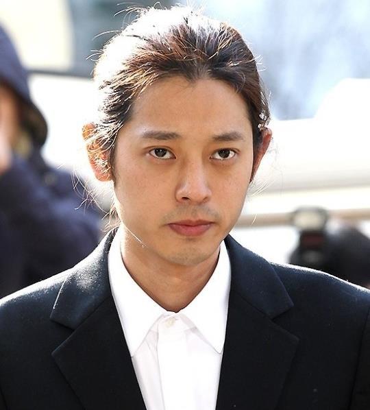 Jung Joon Young bị bủa vây khi tới sở cảnh sát để khai về clip nóng - Ảnh 1