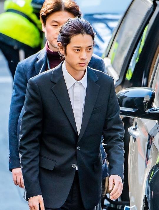Jung Joon Young bị bủa vây khi tới sở cảnh sát để khai về clip nóng - Ảnh 2