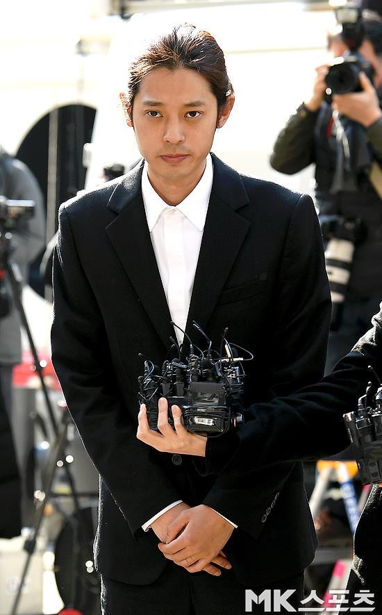Jung Joon Young bị bủa vây khi tới sở cảnh sát để khai về clip nóng - Ảnh 3