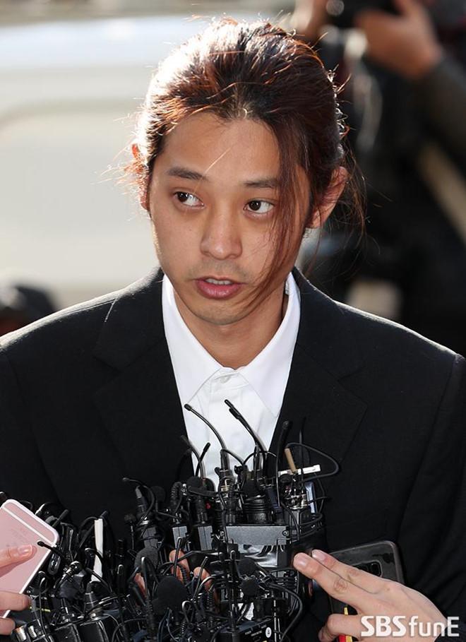 Jung Joon Young bị bủa vây khi tới sở cảnh sát để khai về clip nóng - Ảnh 4