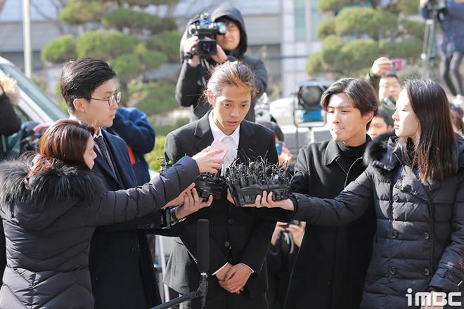 Jung Joon Young bị bủa vây khi tới sở cảnh sát để khai về clip nóng - Ảnh 5