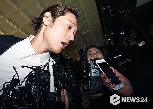 Jung Joon Young bị bủa vây khi tới sở cảnh sát để khai về clip nóng - Ảnh 6