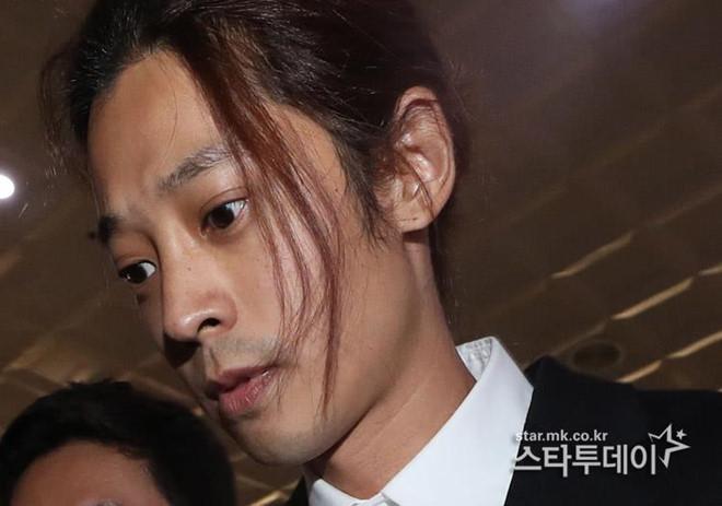Jung Joon Young bị bủa vây khi tới sở cảnh sát để khai về clip nóng - Ảnh 7