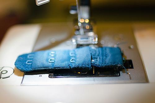 Dùng máy khâu hoặc khâu tay để nối hai miếng vải với nhau