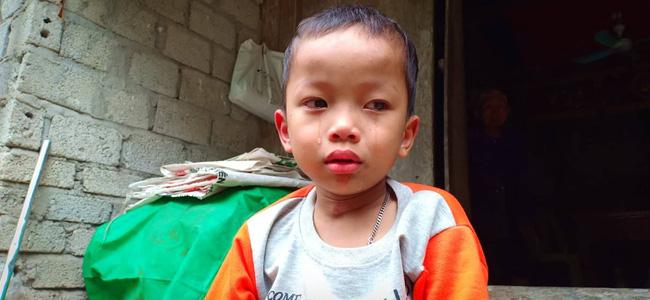 Nước mắt của bé trai 4 tuổi có mẹ bị liệt toàn thân: ''Cháu không dám đi học vì sợ khi về không còn nhìn thấy mẹ nữa'' - Ảnh 1