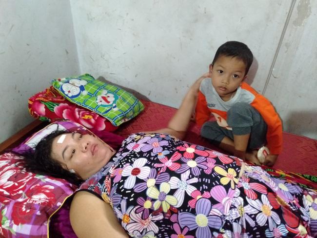 Nước mắt của bé trai 4 tuổi có mẹ bị liệt toàn thân: ''Cháu không dám đi học vì sợ khi về không còn nhìn thấy mẹ nữa'' - Ảnh 2