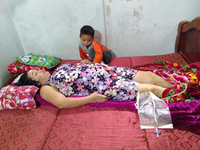Nước mắt của bé trai 4 tuổi có mẹ bị liệt toàn thân: ''Cháu không dám đi học vì sợ khi về không còn nhìn thấy mẹ nữa'' - Ảnh 4