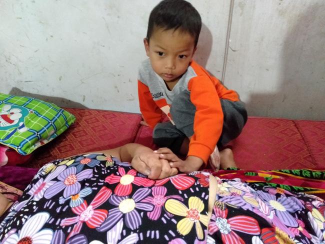 Nước mắt của bé trai 4 tuổi có mẹ bị liệt toàn thân: ''Cháu không dám đi học vì sợ khi về không còn nhìn thấy mẹ nữa'' - Ảnh 5