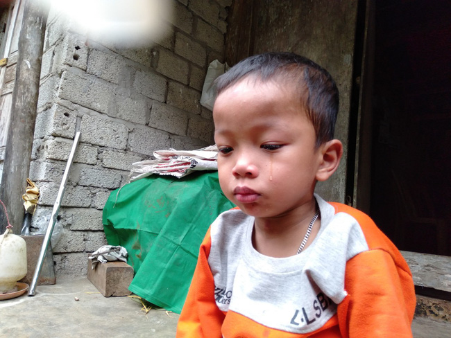 Nước mắt của bé trai 4 tuổi có mẹ bị liệt toàn thân: ''Cháu không dám đi học vì sợ khi về không còn nhìn thấy mẹ nữa'' - Ảnh 8