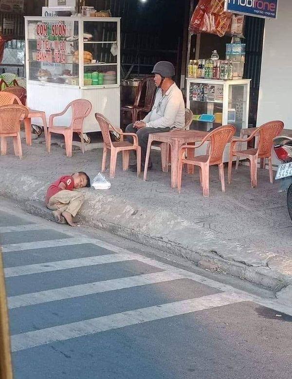Hình ảnh bé trai lấm lem nằm co ro bên góc đường khiến ai cũng xót xa: 'Cùng là con người sao con lại khổ thế?' - Ảnh 1