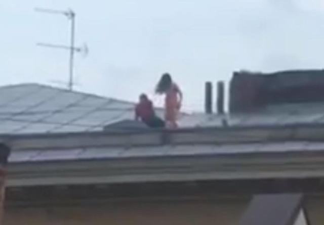 Cặp đôi 'mây mưa' cuồng nhiệt trên mái nhà tầng 4, tưởng sắp rơi xuống đất đến nơi - Ảnh 1