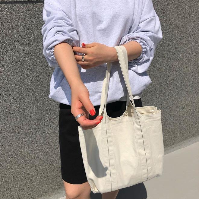 Đừng đắm đuối với túi da, mùa hè đeo túi vải vừa xinh vừa bảo vệ môi trường mới là đỉnh nhất - Ảnh 1