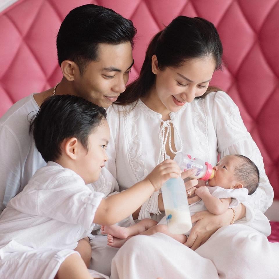 Cận cảnh cuộc sống của Khánh Thi - Phan Hiển sau vài ngày đón con gái về nhà - Ảnh 3