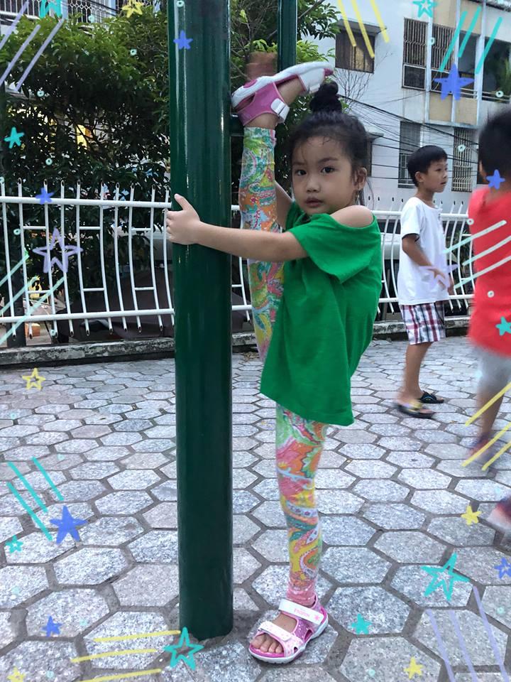 Ốc Thanh Vân khoe con gái 5 tuổi tập yoga điêu luyện, nhìn động tác xoạc chân mà giật thót tim - Ảnh 1