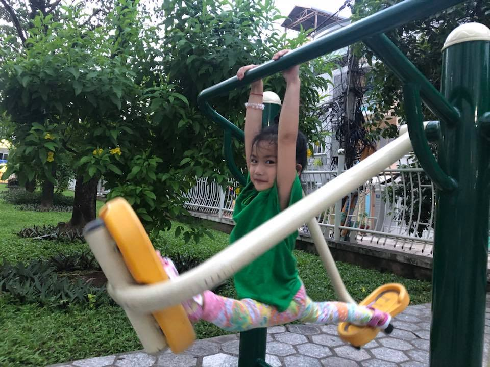 Ốc Thanh Vân khoe con gái 5 tuổi tập yoga điêu luyện, nhìn động tác xoạc chân mà giật thót tim - Ảnh 2